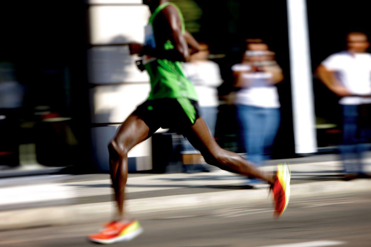 Hier sehen Sie einen schnellen afrikanischen Läufer.
