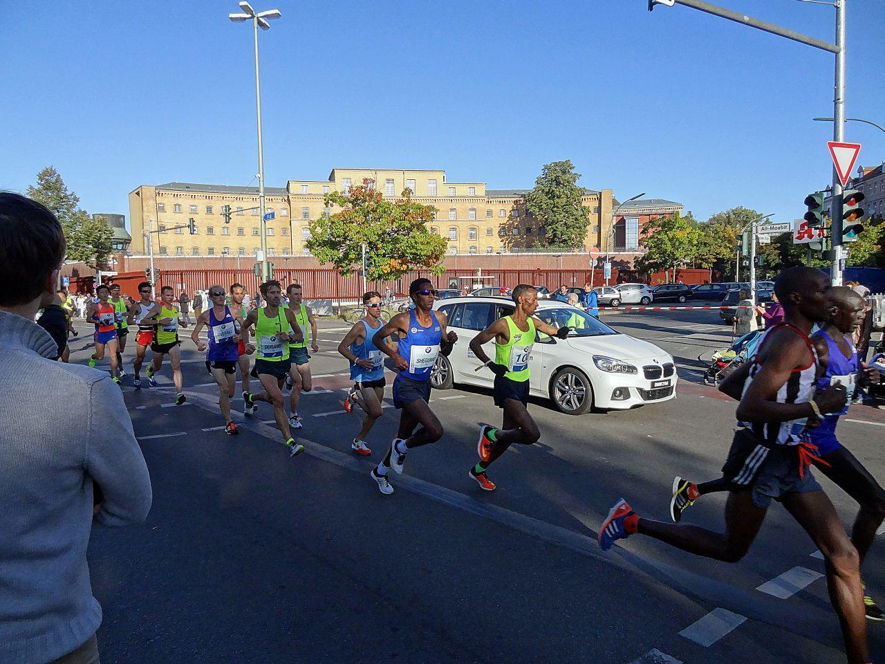 Hier sehen Sie die Eliteläufer beim Berlin Marathon 2015.