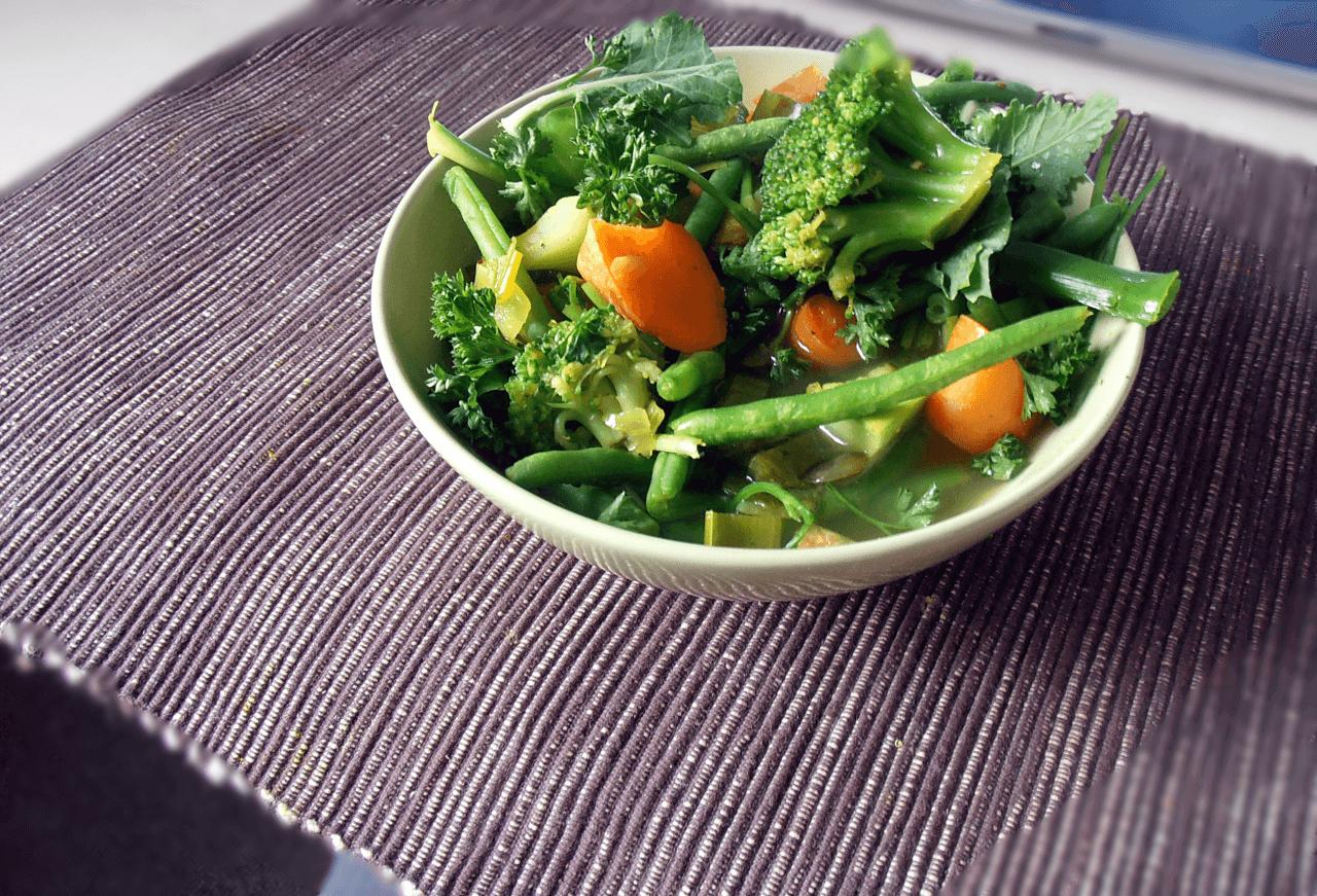 Hier sehen Sie eine leckere vegane Gemüsesuppe