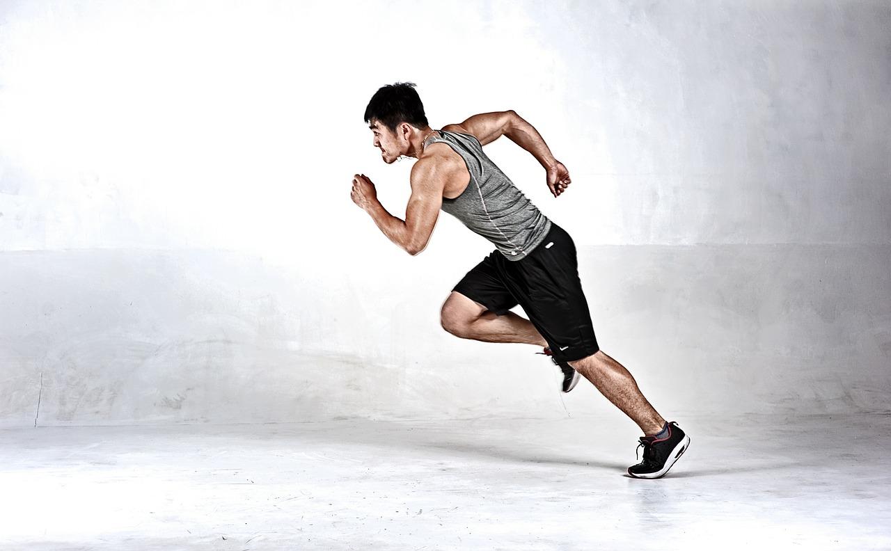 Hier sehen Sie das Beitragsbild zum 9. Trainingstalk. Ein Läufer in Bewegung.