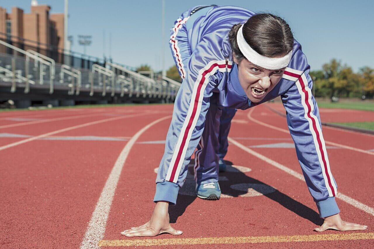 Hier sehen Sie das Beitragsbild zum 10. Trainingstalk. Ein Läufer in Startstellung.