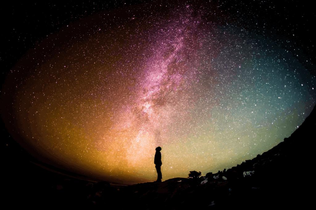 Ein Mann schaut in den Sternenhimmel