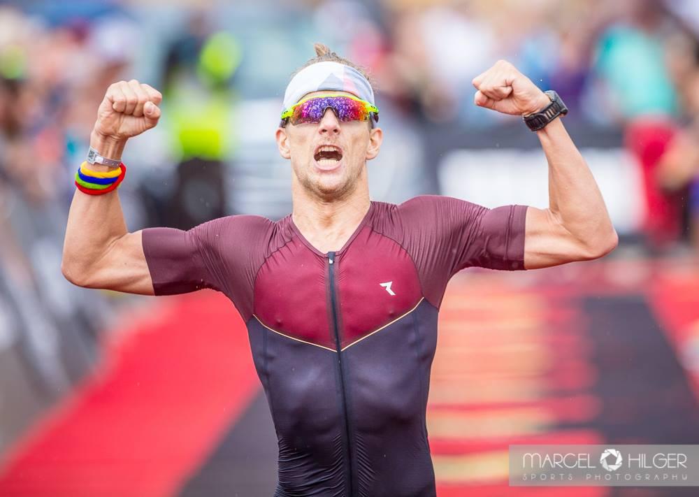 Florian Bögge auf der Ziellinie beim Ironman Mallorca