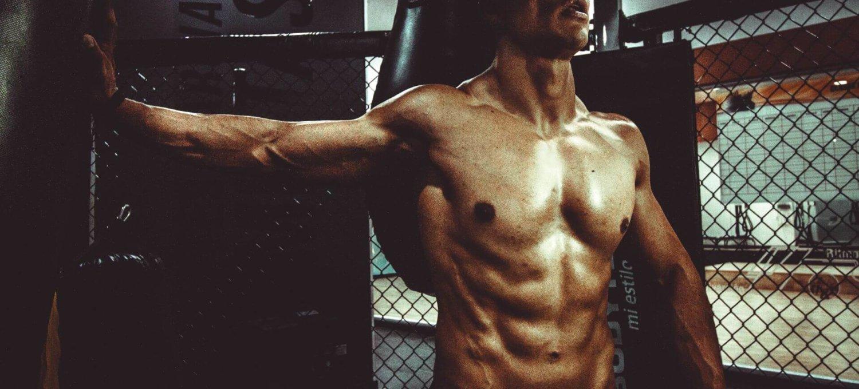 Dieses BIld zeigt einen muskulösen Sportler
