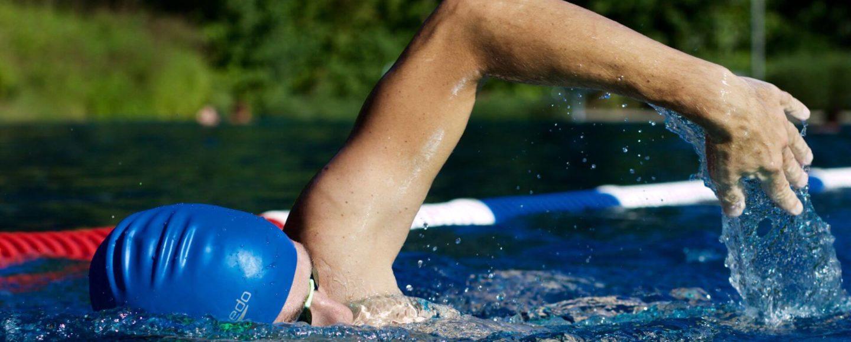 Ein Schwimmer im Schwimmbecken