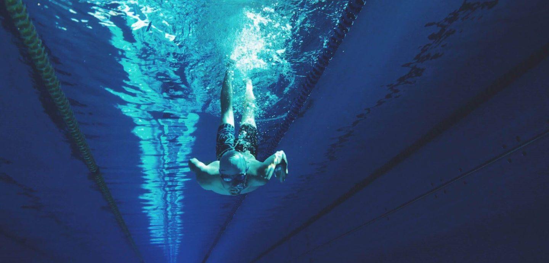 Ein Schwimmer unter Wasser