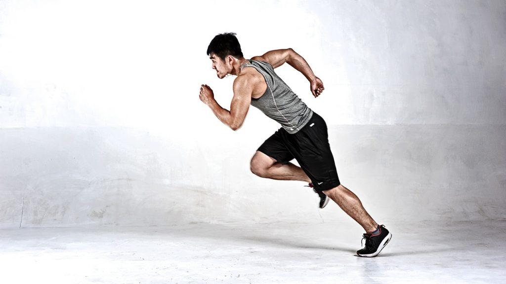 Ein Läufer startet zum Lauf.