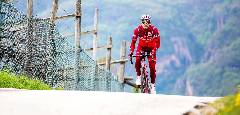 Radfahrer Sören Lehmann fährt einen steilen Berg hinauf