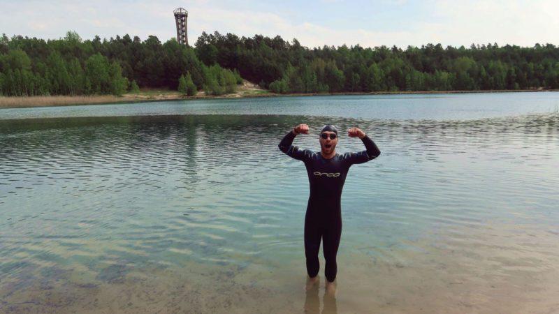 Sören Lehmann steht mit Neo im See
